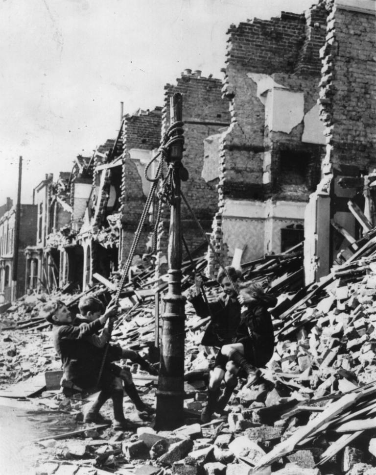 1940 circa. In una Londra distrutta dalle bombe, anche un lampione può diventare una giostra