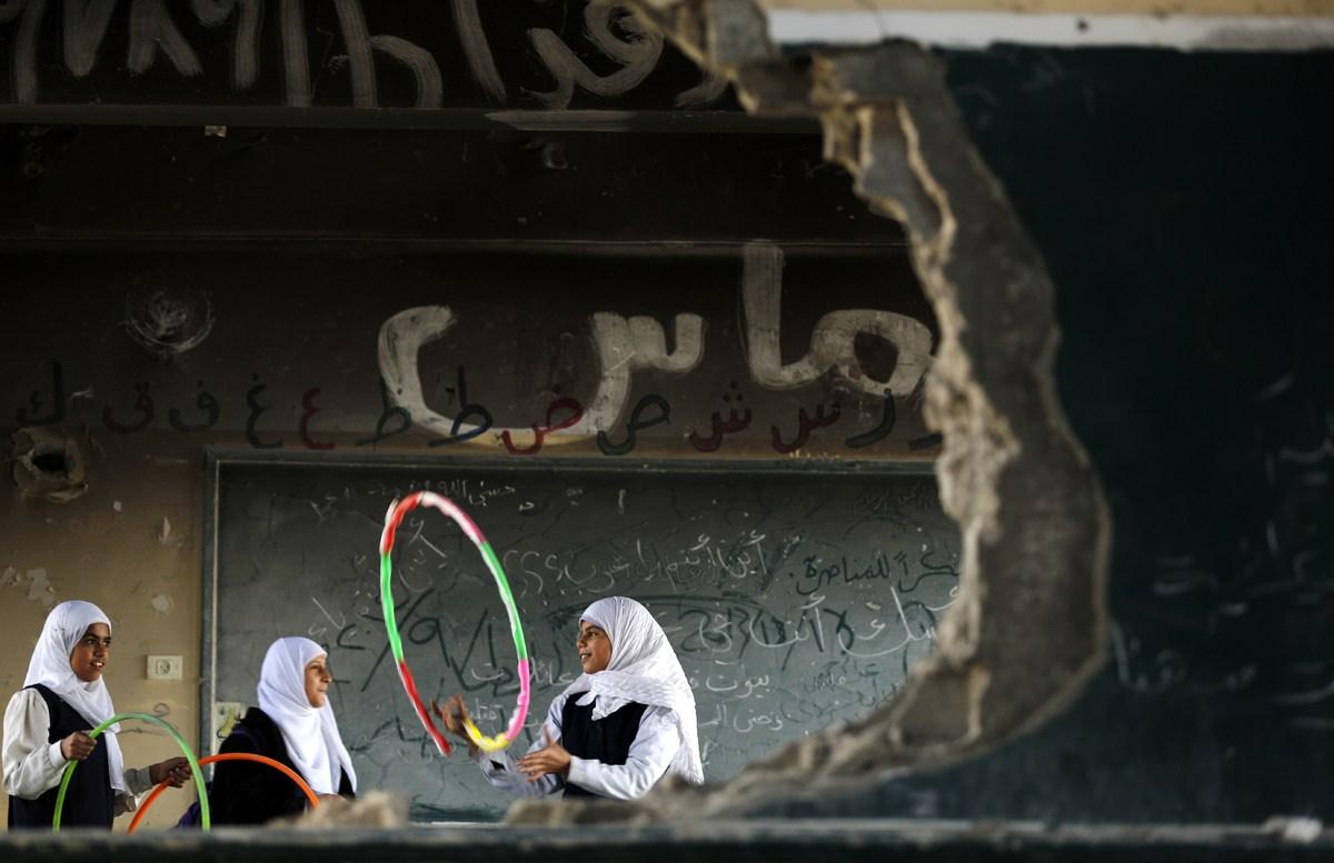 Gaza, quartiere Shejaiya. Ragazzine palestinesi giocano nella loro scuola distrutta durante i 50 giorni di conflitto tra Israele e Hamas, il 5 novembre 2014