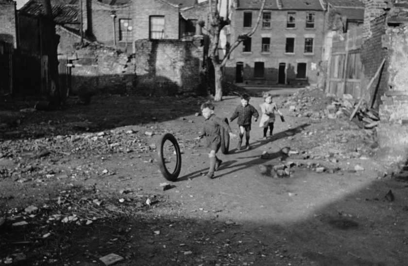 Tre bambini giocano in un terreno abbandonato e danneggiato dalle bombe a Stepney, nell'East End di Londra. Era il 9 marzo 1946