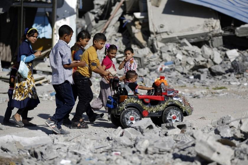 Un gruppo di bambini palestinesi gioca per le strade di Gaza, nel quartiere di Beit Hanun, durante la festività musulmana Eid al-Adha. 4 ottobre 2014