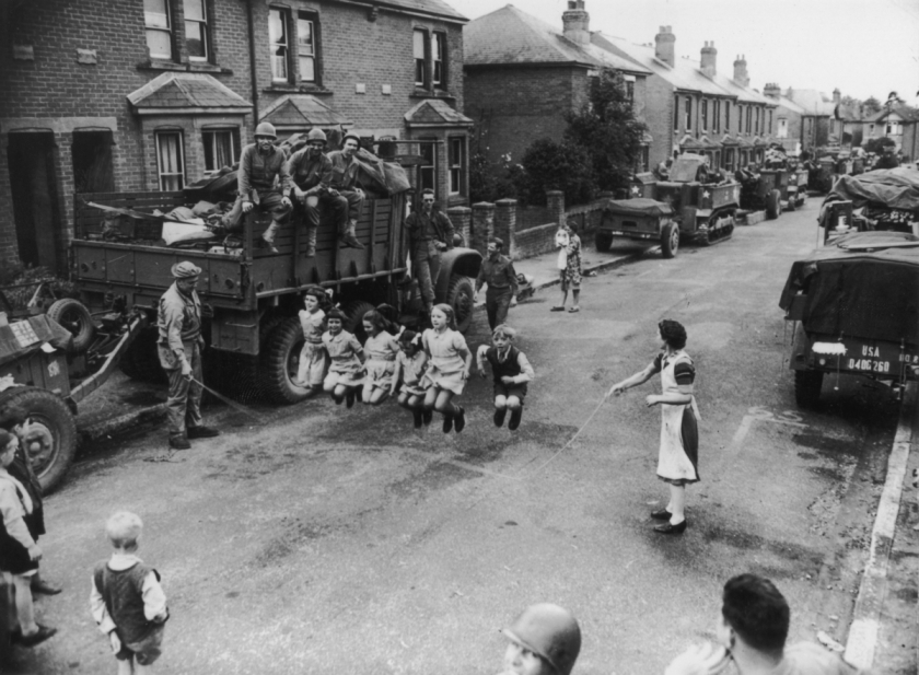 Il salto della fune con i soldati in Inghilterra, 1944