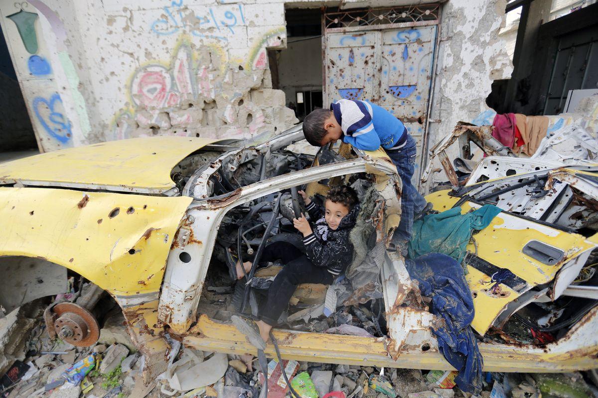 Giochi tra le macerie di Gaza City, 27 gennaio 2015