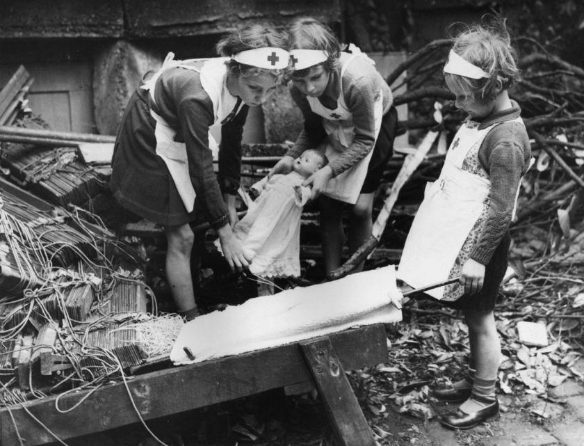 A lezione di primo soccorso con le bambole. Londra, 6 ottobre 1940