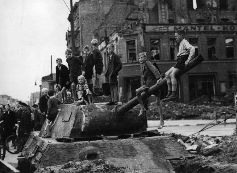 Berlino, 1945. Un gruppo di ragazzini gioca in un sito bombardato, a cavallo di un carro armato distrutto